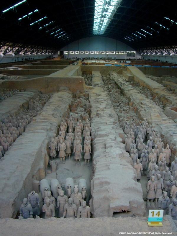 秦始皇兵馬俑博物館1号坑の縦の写真