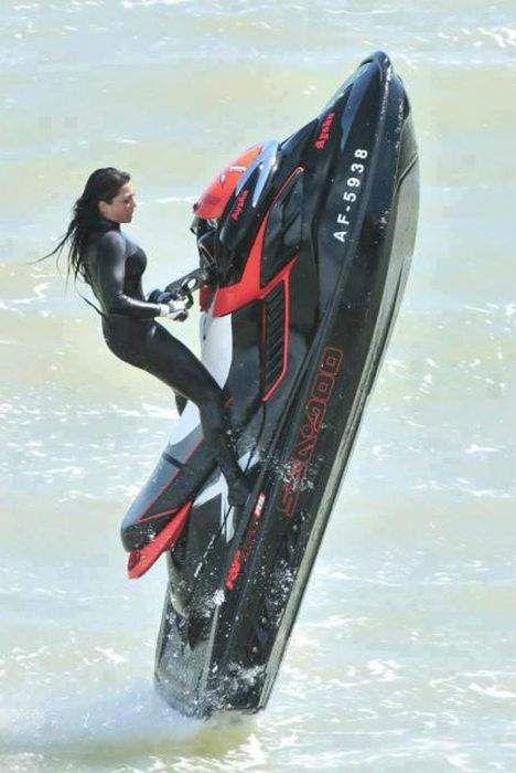 Девушка на водном мотоцикле 👧🏻 (14 фото)   shutniki.club