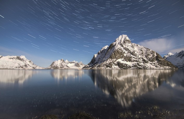 Starry night photography with reflection of mountains
