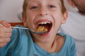 ניצן, חובב ידוע של אוכל בוכרי, נהנה ממנת הדושפרה שלו