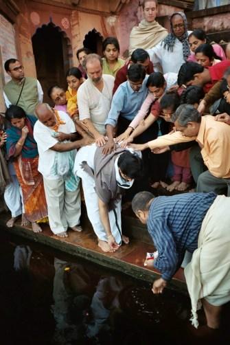 Shyamdas and the other Vaishnavas from Mumbai apply their hands as Babashri offers rice etc. to Yamunaji