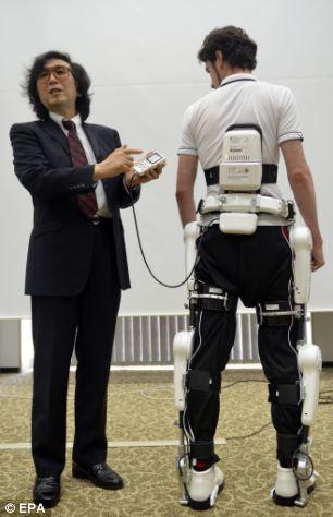 Yoshiyuki Sankai, le PDG de Cyberdyne, présente l'exosquelette HAL.