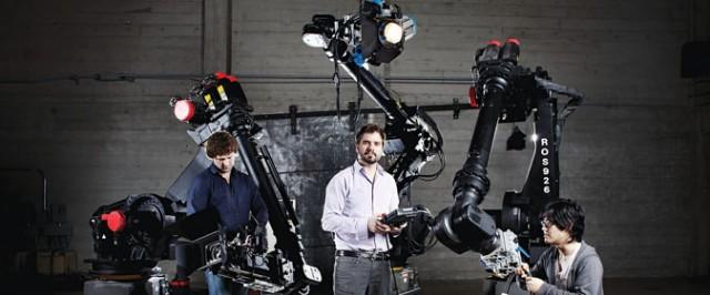 Le Directeur Jeff Linnell au centre de la photo, accompagné de ses trois Fanuc s430iL.