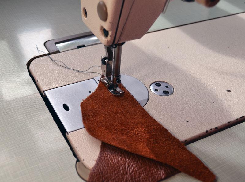 e1762db6d ... podrobnosti o svojej taške. V extrémnych prípadoch môže byť táto koža  kombinovaná s kúskami umelej kože alebo textílie, ako je napríklad  velveteen.