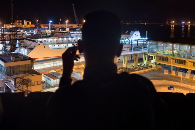 Un joven marroquí mira el puerto en la ciudad española de Melilla, en la costa de África, el jueves. España ha tomado una línea más dura hacia los inmigrantes en sus enclaves africanos.