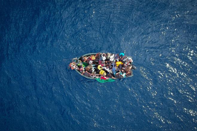 Un barco transporta inmigrantes en el Estrecho de Gibraltar antes de ser rescatado por las autoridades españolas a principios de este mes.
