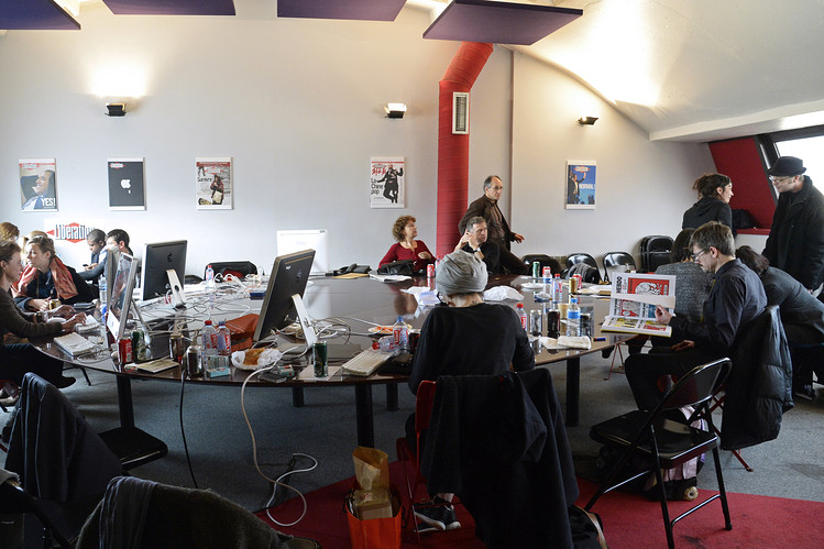 Contribuyentes para la edición posterior al ataque de Charlie Hebdo trabajar el viernes en las oficinas del periódico Libération en París.