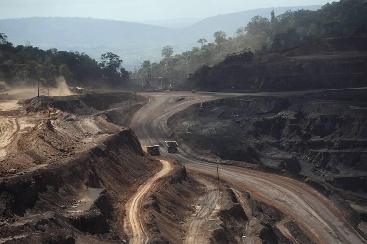 Apesar da queda no preço do minério, a Vale continua o projeto de expansão da mina de ferro Carajás, a maior do mundo.