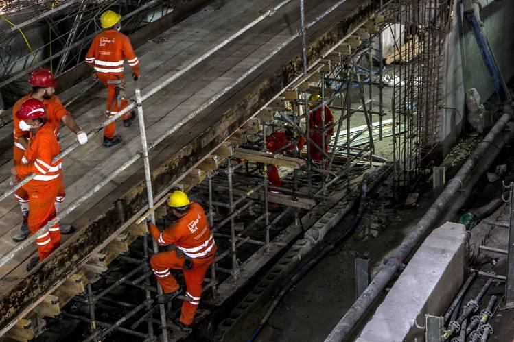 Trabajadores en la obra de construcción de la estación Nossa Senhora da Paz, de la Línea 4 del metro de Rio de Janeiro.