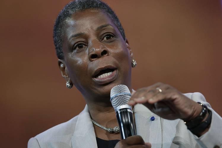 A diretora-presidente da Xerox, Ursula Burns, afirma que a decisão de fazer a cisão não foi conduzida por pressão do investidor ativista Carl Icahn, que revelou ter adquirido uma participação na empresa em novembro.