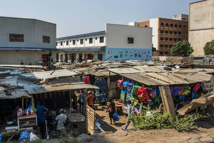 Mercado em Lusaka, Zâmbia. A bolsa do país despencou 45% no último ano.