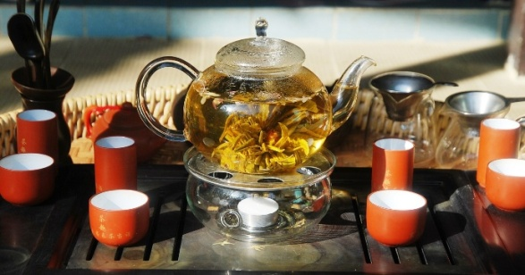 Teeblumen-Gong Fu: Teeblume in Glaskanne auf Stövchen