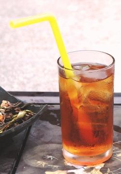Siam Blend Thai-Teemischung im Glas mit Eiswürfeln als