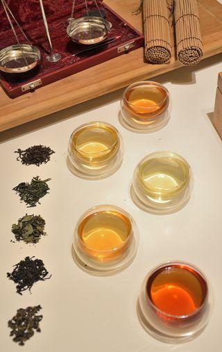 6 verschiedene Tees mit 6 verschiedenen Farben in Glas-Teebecher