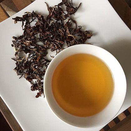 Vietnamesischer Tra Pai Hao Tee zubereitet und nasse Teeblätter