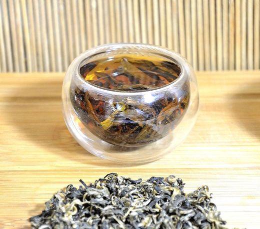 Ancient Artisan Snow Shan Schwarzer Tee: klare, leuchtend rote Tasse