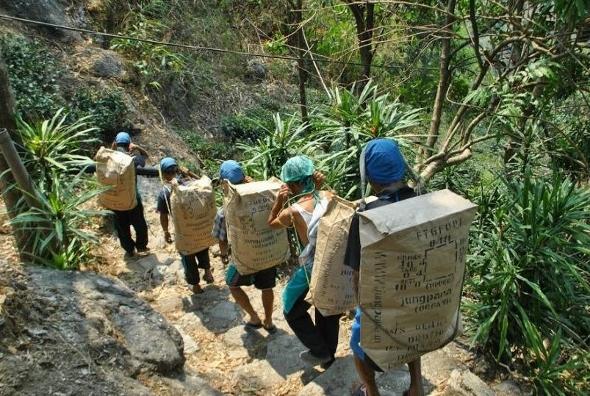 Mühsamer Transport des fertigen Tees nach dem Erdrutsch von 1999