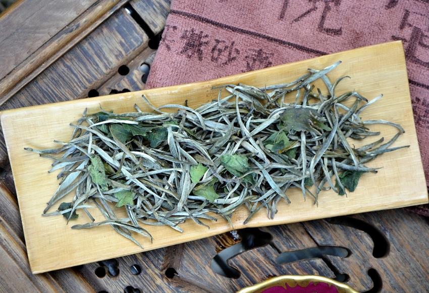 """Bolaven Silver Cloud Sticky Rice Weißer Tee : """"Silver Needle""""-Tee aus Laos, beduftet mit """"Sticky Rice""""-Kraut"""