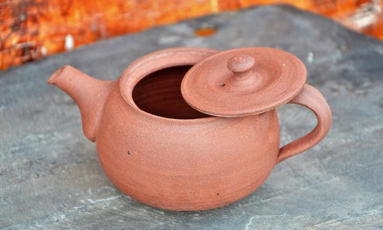 SiamTee Signature Yixing Teekanne 200ml unglasiert, feiner roter Ton, 100% handgefertigt von einschlägig spezialisierter Töpfermeisterin nach SiamTee-Spezifikationen