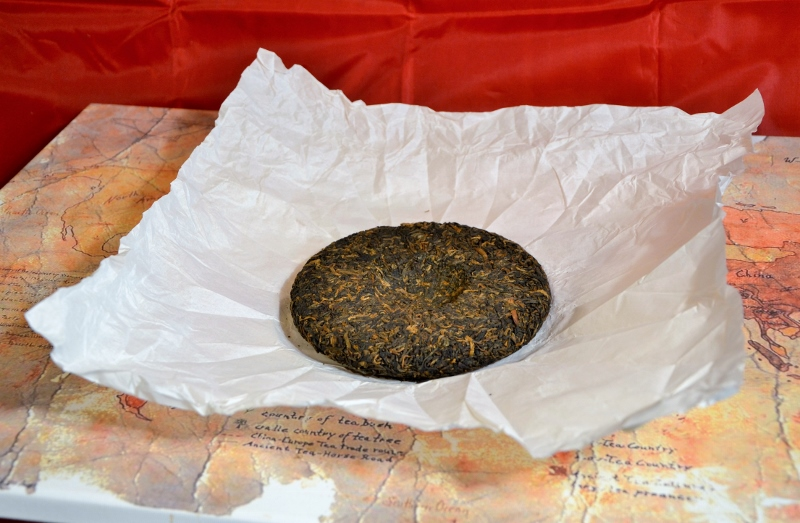 """Wokan Shan Gong Ting Bing Cha Shou Pu Erh Tee - gereifter Pu Erh Tee aus naturnahem Teegarten in Yunnans Pu Erh Distrikt : """"gong ting"""" = höchster Qualitätsgrad"""