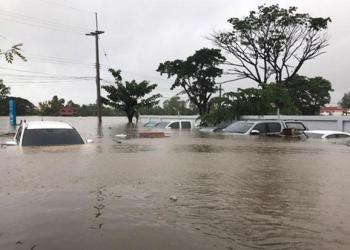 Des véhicules garés sur le parking de l'hôtel Hop Inn de Sakhon Nakhon, littéralement submergés par les inondations