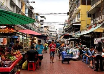 Vue sur une rue marchande de la capitale thaïlandaise Bangkok