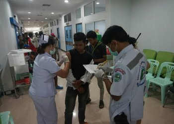 Des ressortissants birmans se font vacciner contre la grippe H1N1 en Thaïlande