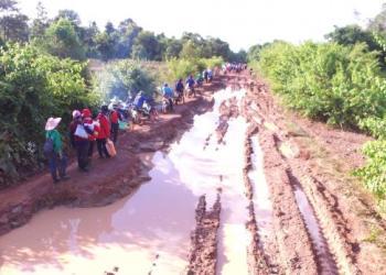 Une route endommagée par les inondations dans la Province de Nakhon Phanom
