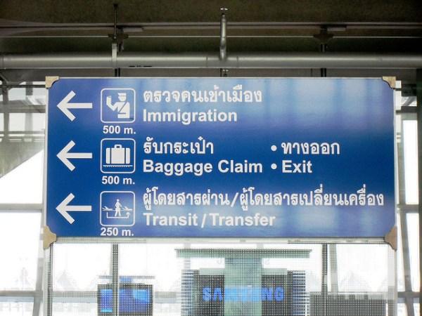 Un panneau indiquant la direction de l'immigration à l'aéroport Suvarnabhumi de Bangkok