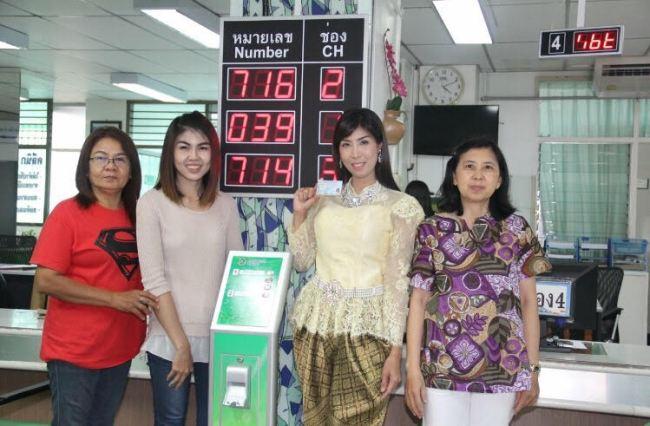 Les tenues traditionnelles thaïlandaises reviennent à la mode grâce à une série à succès, même pour les photos des cartes d'identité