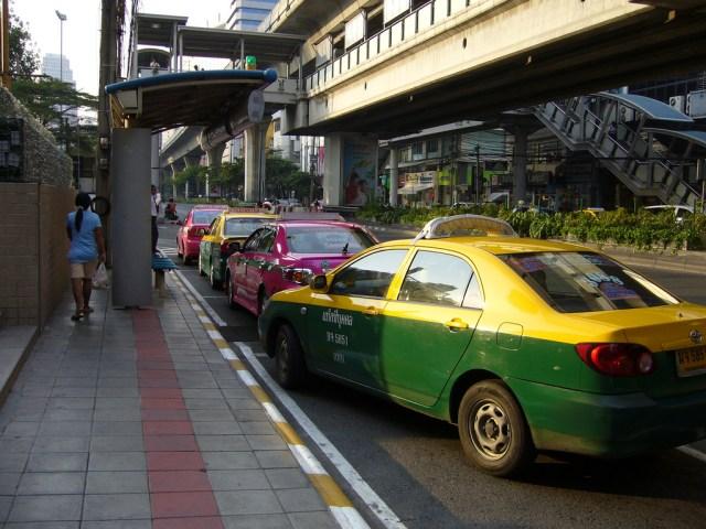Privilégiez les taxis qui sont en train de rouler plutôt que ceux garés sur le bas-côté