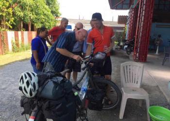 Un néerlandais parcourt 18 000 km à vélo pour rendre visite à son père en Thaïlande
