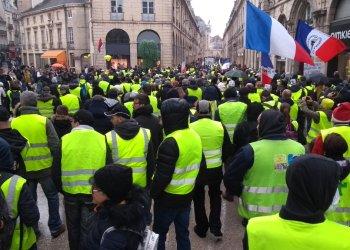 """Gilets jaunes : participation en baisse pour l'acte XVI avant un """"gros mois"""" de mobilisation"""