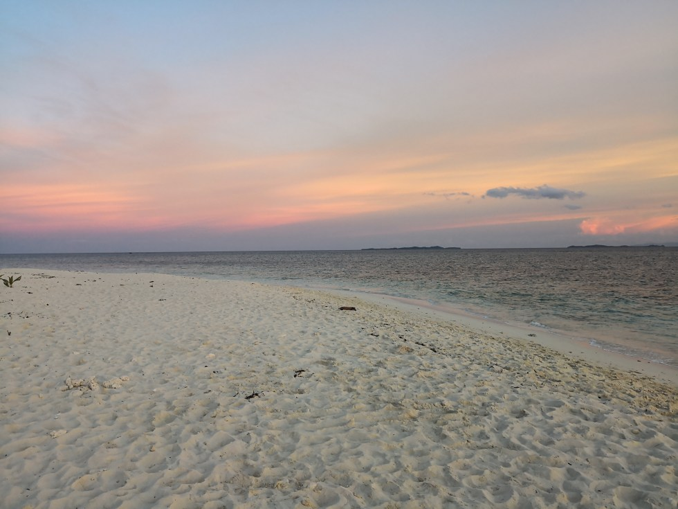 Pink skies after sunset at Naked Island in Siargao