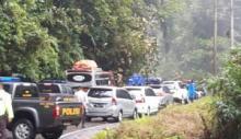 Pohon Tumbang Akibatkan Kemacetan Panjang Jalur Mudik Sumbar-Sumut di Pasaman