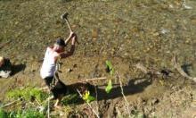 Senyum Dibalik Bencana, Lelaki Tua dengan Keringat Mengucur Deras Manfaatkan Sisa Banjir
