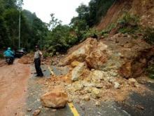 Tanah Longsor Kembali Menutupi Jalan Sumbar - Riau, Polisi Berlakukan Buka Tutup