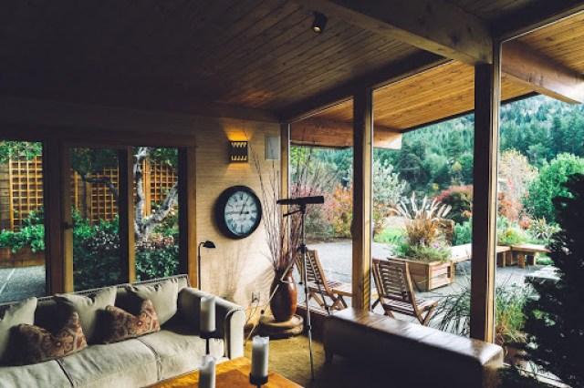 落ち着いた雰囲気の部屋の写真
