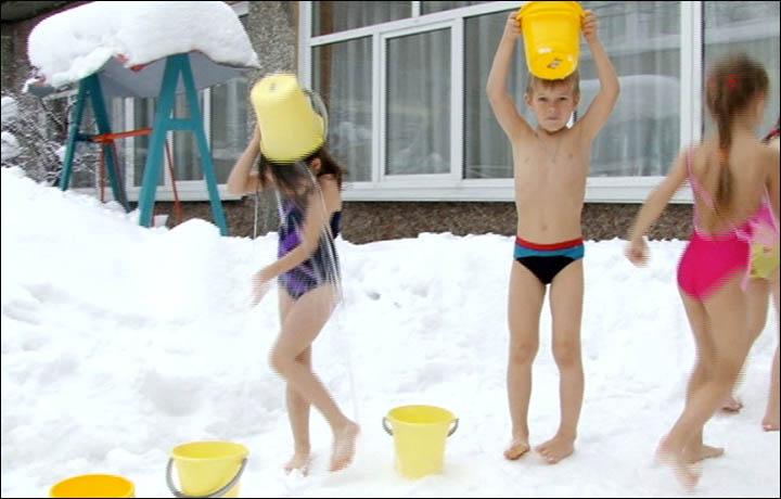 En este establecimiento, los niños de entre 2 y 6 años tienen un ritual diario de salir a la nieve a pie pelado, usando nada más que un traje de baño y echarse encima baldes de agua fría.