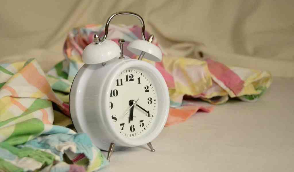 Der Wecker klingelt und reißt Sie aus dem Schlaf