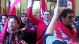I lavoratori dei servizi sociali iscritti alla FP Cgil durante una protesta a Palazzo Zanca