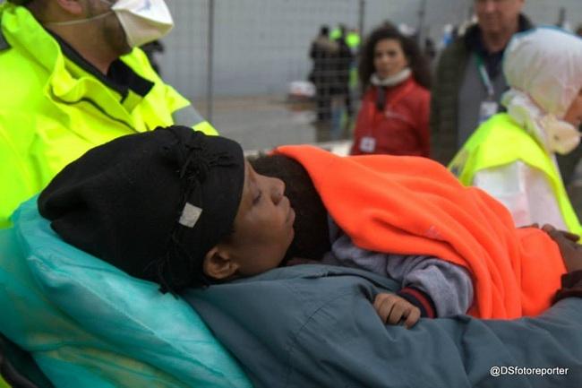 Sbarco profughi 26-12-2014 h (Sturiale)