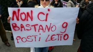 Una protesta degli ex lavoratori della clinica Santa Rita