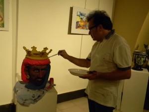 Il pittore Giovanni Iudice con la sua opera