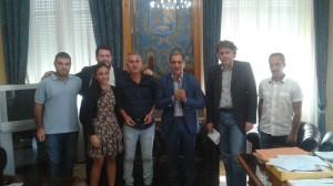 Il sindaco Materia, l'assessore Torre e i medici veterinari che hanno partecipato all'incontro