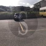 L'auto della troupe de Le Iene parcheggiata sulle strisce gialle