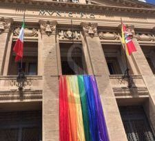 Il coronavirus blocca lo Stretto Pride, ma il drappo arcobaleno sventola comunque da Palazzo Zanca