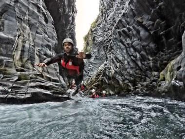 tuffo durante escursione di body rafting alle gole alcantara