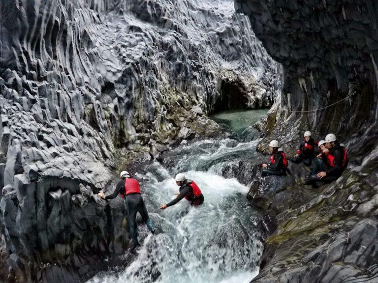 escursionisti impegnati a fare body rafting alle gole alcantara