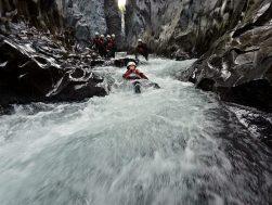 gruppo di turisti fa body rafting alle gole alcantara